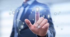 Concetto mondiale globale di Internet di tecnologia di affari L'uomo d'affari preme il bottone con il simbolo della gente sulla m fotografie stock