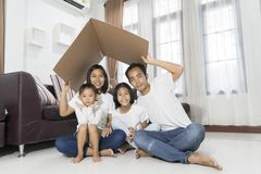 Concetto 'nucleo familiare' asiatico felice che alloggia una giovane famiglia fotografie stock libere da diritti