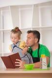 Concetto 'nucleo familiare', bambina sveglia con il padre Fotografie Stock Libere da Diritti