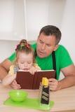 Concetto 'nucleo familiare', bambina sveglia con il padre Fotografia Stock Libera da Diritti