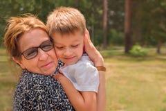Concetto 'nucleo familiare' felice Espressione di emozioni Collegamento della generazione immagini stock