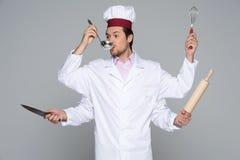 Concetto occupato del cuoco unico con molte mani su fondo bianco Immagini Stock