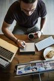 Concetto occupato di Editing Home Office del fotografo dell'uomo immagine stock