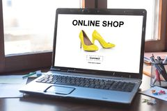 Concetto online del negozio su uno schermo del computer portatile fotografie stock