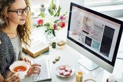 Concetto online di compera del computer del sito Web della donna Fotografie Stock Libere da Diritti