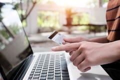 concetto online di compera, donna che per mezzo del computer portatile alla compera online Fotografie Stock Libere da Diritti
