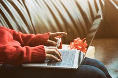 Concetto online di compera, donna che usando computer e la carta di credito FO Immagini Stock