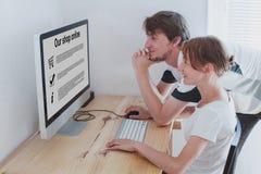 Concetto online di compera, famiglia a casa immagine stock libera da diritti