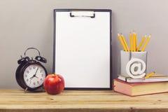 Concetto online di istruzione con il taccuino, le matite e la sveglia Immagine Stock Libera da Diritti
