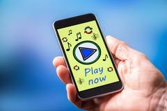 Concetto online di musica su uno smartphone immagini stock