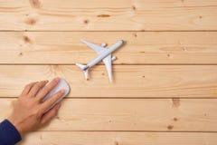 Concetto online di prenotazione di viaggio Modello dell'aeroplano e topo del computer fotografie stock libere da diritti