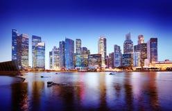 Concetto panoramico di notte di Singapore di paesaggio urbano fotografia stock