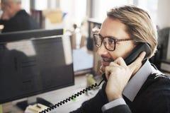 Concetto parlante del cliente di comunicazione del telefono di affari fotografia stock
