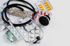 Concetto per medicina Droghe differenti e uno stetoscopio su un fondo isolato bianco Vista da sopra immagine stock libera da diritti