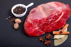 Concetto Picece dell'alimento del manzo dello stinco sulla pietra e sul vario neri dell'ardesia Immagini Stock