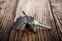 Concetto, portachiavi a anello e chiavi del bene immobile su fondo di legno immagini stock libere da diritti
