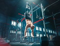 Concetto: potere, forza, stile di vita sano, sport Uomo muscolare attraente potente alla palestra di CrossFit fotografie stock