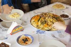 Concetto pronto della tavola di riunione di festa della famiglia Concetto dell'alimento della famiglia fotografia stock libera da diritti