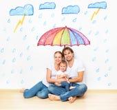 Concetto: protezione sociale della famiglia la famiglia ha preso il rifugio dalla m. Fotografie Stock