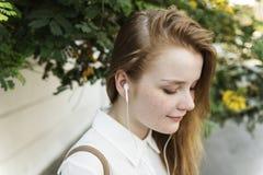 Concetto radiofonico d'ascolto di musica della ragazza Immagine Stock