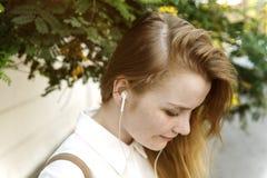 Concetto radiofonico d'ascolto di musica della ragazza Fotografia Stock Libera da Diritti