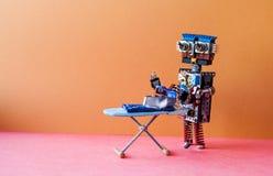 Concetto rivestente di ferro robot di servizio Blue jeans rivestenti di ferro del robot dell'assistente domestico di lavoro domes Fotografia Stock Libera da Diritti