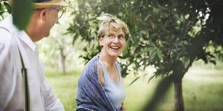 Concetto romanzesco del parco naturale di amore adulto senior delle coppie Fotografia Stock Libera da Diritti