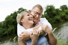 Concetto romanzesco di amore delle coppie senior anziane fotografia stock