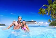 Concetto romanzesco di festa di fuga di legame della spiaggia delle coppie Fotografie Stock Libere da Diritti