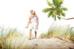 Concetto romanzesco di festa di fuga di legame della spiaggia delle coppie Fotografie Stock