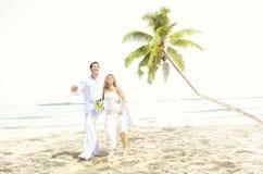 Concetto romanzesco di matrimonio di amore della spiaggia delle coppie Immagini Stock Libere da Diritti