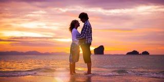 Concetto romanzesco di unità della spiaggia di amore delle coppie Fotografia Stock