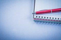 Concetto rosso dell'ufficio del quaderno dello spazio in bianco della penna di brio Immagini Stock