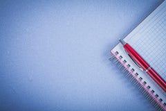 Concetto rosso dell'ufficio dello spazio della copia del quaderno dello spazio in bianco della penna Fotografia Stock Libera da Diritti