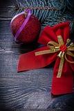 Concetto rosso di feste del ramo del pino della palla dell'arco di Natale Immagini Stock