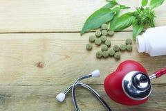Concetto sano del focolare, medicine di erbe con la foglia dell'erba e medico di orecchio fotografia stock libera da diritti