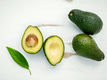Concetto sano dell'alimento Chiuda sull'avocado e sulle foglie freschi su briciolo Fotografia Stock Libera da Diritti