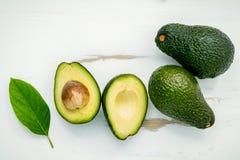 Concetto sano dell'alimento Chiuda sull'avocado e sulle foglie freschi su briciolo Immagini Stock