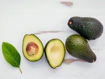 Concetto sano dell'alimento Chiuda sull'avocado e sulle foglie freschi su briciolo Fotografie Stock Libere da Diritti