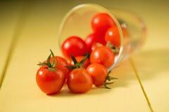 Concetto sano dell'alimento dei pomodori freschi sul fondo giallo della tavola immagine stock