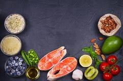 Concetto sano dell'alimento della disintossicazione con il pesce, le verdure, la frutta e gli ingredienti di color salmone per cu Fotografie Stock Libere da Diritti