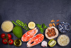 Concetto sano dell'alimento della disintossicazione con il pesce, le verdure, la frutta e gli ingredienti di color salmone per cu Fotografie Stock