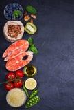 Concetto sano dell'alimento della disintossicazione con il pesce, le verdure, la frutta e gli ingredienti di color salmone per cu Fotografia Stock