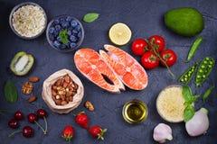 Concetto sano dell'alimento della disintossicazione con il pesce, le verdure, la frutta e gli ingredienti di color salmone per cu Immagine Stock Libera da Diritti