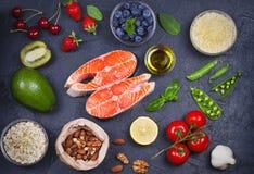 Concetto sano dell'alimento della disintossicazione con il pesce, le verdure, la frutta e gli ingredienti di color salmone per cu Immagini Stock Libere da Diritti