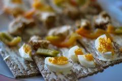 Concetto sano dell'alimento Peperoni dolci, uovo, pane tostato, fotografia stock
