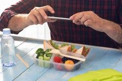 Concetto sano dell'alimento Uomo che fotografa la scatola di pranzo con la f sana Immagine Stock Libera da Diritti