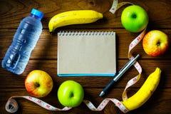 Concetto sano di cibo, di forma fisica e di perdita di peso, misura di nastro, b Fotografia Stock Libera da Diritti