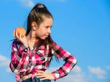 Concetto sano di nutrizione Il bambino mangia la nutrizione matura della vitamina della frutta del raccolto di caduta della mela  fotografia stock