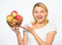 Concetto sano di nutrizione La donna sa soggiorno nella forma ed è in buona salute Approfitti di questi prodotti e morso di cadut immagini stock